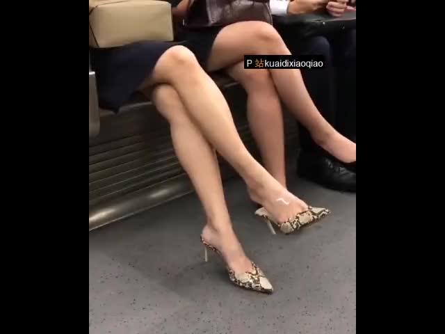 地鐵上偷拍穿短裙的豹紋高跟人妻